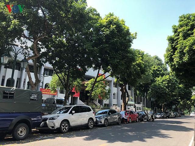 Ảnh: Nhiều trụ sở cơ quan Nhà nước quan trọng ở Hà Nội bị ô tô quây kín - Ảnh 10.