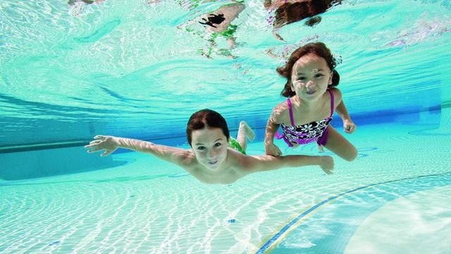 19 người nguy kịch do tiếp xúc với clo tại một hồ bơi ở California, chuyên gia khuyến cáo giải pháp an toàn khi đi bơi - Ảnh 1.