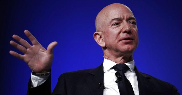 Người giàu nhất thế giới làm gì khi bị chỉ trích? - Ảnh 1.
