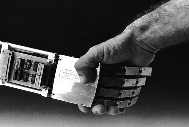 Dự đoán tương lai: Robot sẽ định đoạt bạn là người ở lại hay phải ra về trong cuộc phỏng vấn  - Ảnh 1.