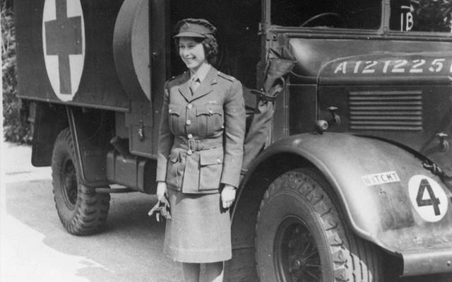 Có một sự thật bất ngờ là Nữ hoàng không có bằng lái xe nhưng bộ sưu tập xe hơi của bà khiến nhiều người phải choáng ngợp - Ảnh 2.