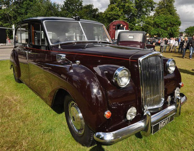 Có một sự thật bất ngờ là Nữ hoàng không có bằng lái xe nhưng bộ sưu tập xe hơi của bà khiến nhiều người phải choáng ngợp - Ảnh 12.