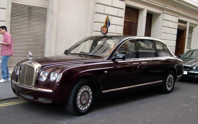 Có một sự thật bất ngờ là Nữ hoàng không có bằng lái xe nhưng bộ sưu tập xe hơi của bà khiến nhiều người phải choáng ngợp - Ảnh 25.
