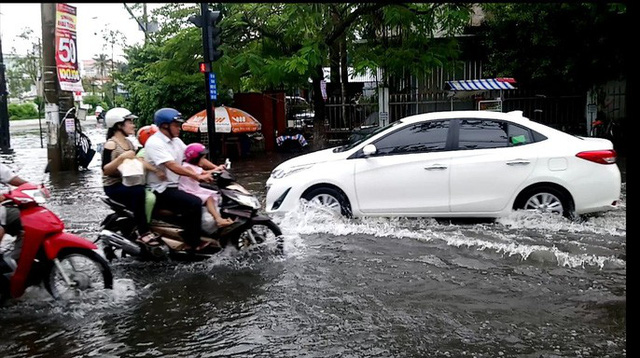"""Cà Mau: Đường biến thành """"sông"""" sau cơn mưa như trút nước - Ảnh 5."""