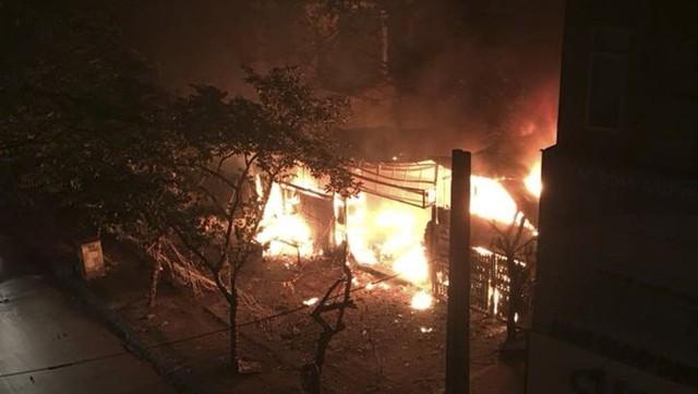 Cháy lớn trong đêm, 2 ngôi nhà trên phố Hà Nội bị thiêu rụi - Ảnh 1.