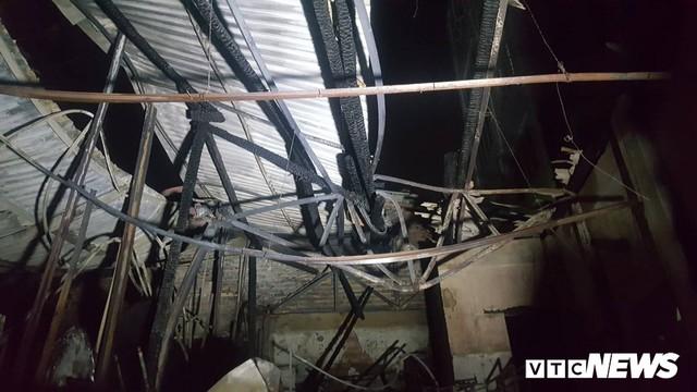 Cháy lớn trong đêm, 2 ngôi nhà trên phố Hà Nội bị thiêu rụi - Ảnh 2.