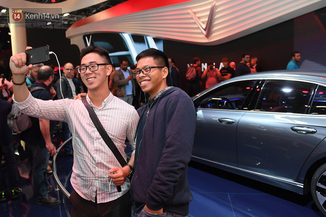 Người Việt tại Pháp tự hào và tràn đầy kỳ vọng khi sờ tận tay 2 mẫu xe của VinFast - Ảnh 12.