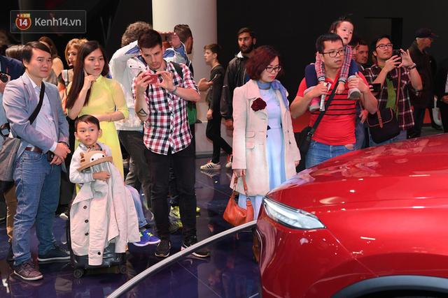 Người Việt tại Pháp tự hào và tràn đầy kỳ vọng khi sờ tận tay 2 mẫu xe của VinFast - Ảnh 15.