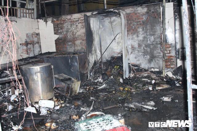 Cháy lớn trong đêm, 2 ngôi nhà trên phố Hà Nội bị thiêu rụi - Ảnh 3.