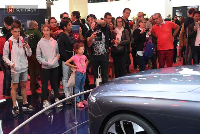 Người Việt tại Pháp tự hào và tràn đầy kỳ vọng khi sờ tận tay 2 mẫu xe của VinFast - Ảnh 10.