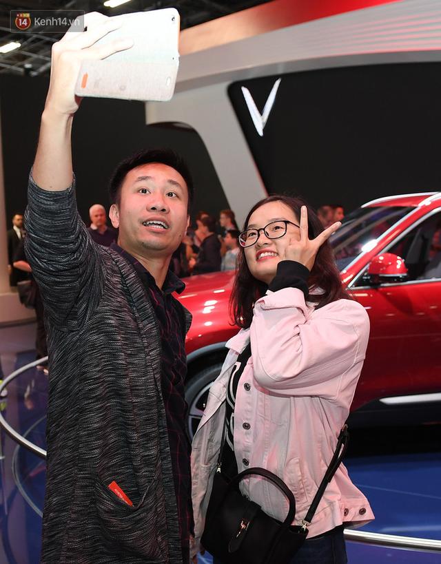 Người Việt tại Pháp tự hào và tràn đầy kỳ vọng khi sờ tận tay 2 mẫu xe của VinFast - Ảnh 11.