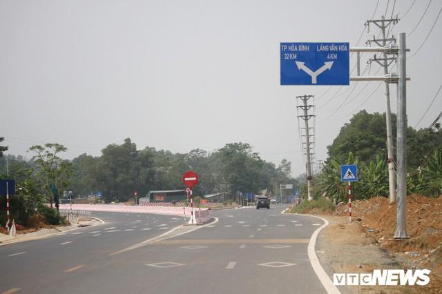 Ảnh: Tuyến đường BOT nghìn tỷ đồng cắt núi nối Hà Nội - Hòa Bình trước ngày thông xe - Ảnh 1.