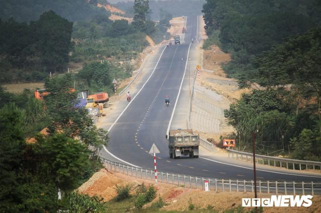 Ảnh: Tuyến đường BOT nghìn tỷ đồng cắt núi nối Hà Nội - Hòa Bình trước ngày thông xe - Ảnh 2.