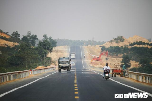 Ảnh: Tuyến đường BOT nghìn tỷ đồng cắt núi nối Hà Nội - Hòa Bình trước ngày thông xe - Ảnh 3.