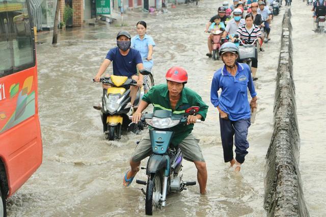 Khu Nam Sài Gòn bị triều cường tấn công, học sinh trễ học - Ảnh 4.