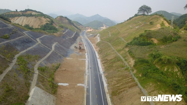 Ảnh: Tuyến đường BOT nghìn tỷ đồng cắt núi nối Hà Nội - Hòa Bình trước ngày thông xe - Ảnh 4.