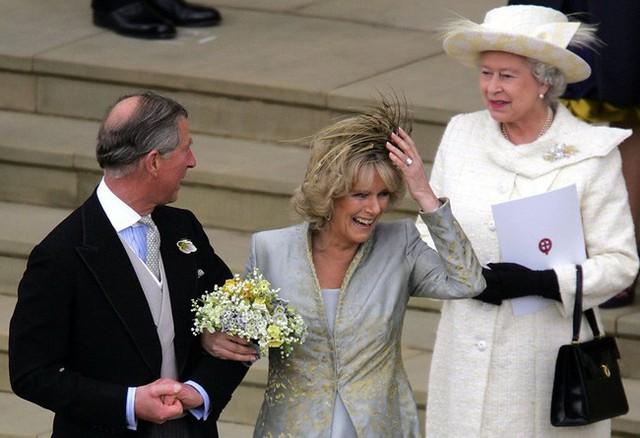 Liên tục thay đổi màu sắc trang phục, duy chỉ có món đồ này là Nữ hoàng Anh hết mực chung tình từ thời trẻ đến tận bây giờ - Ảnh 4.