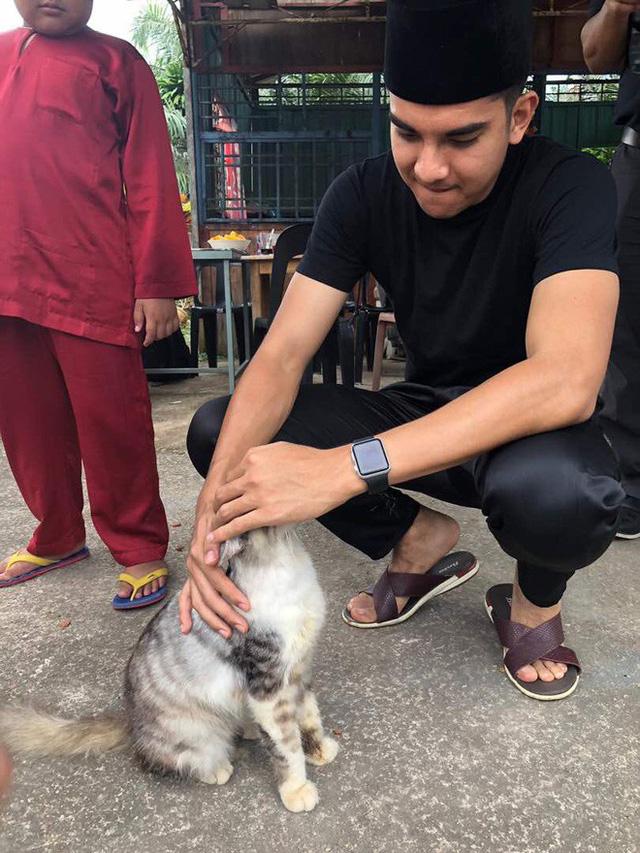 Chân dung bộ trưởng trẻ nhất châu Á: đẹp trai, mê mèo, thích Instagram và cũng phản ứng gắt trên mạng xã hội như ai - Ảnh 4.