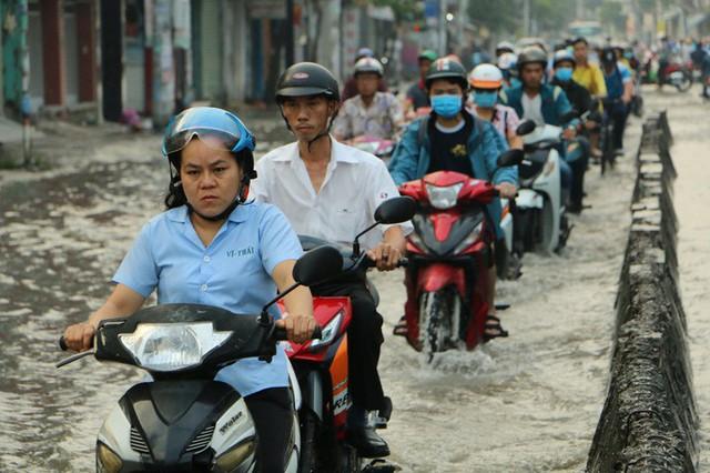 Khu Nam Sài Gòn bị triều cường tấn công, học sinh trễ học - Ảnh 6.