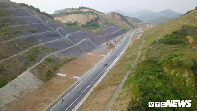 Ảnh: Tuyến đường BOT nghìn tỷ đồng cắt núi nối Hà Nội - Hòa Bình trước ngày thông xe - Ảnh 6.