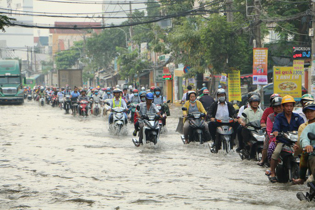 Khu Nam Sài Gòn bị triều cường tấn công, học sinh trễ học - Ảnh 7.