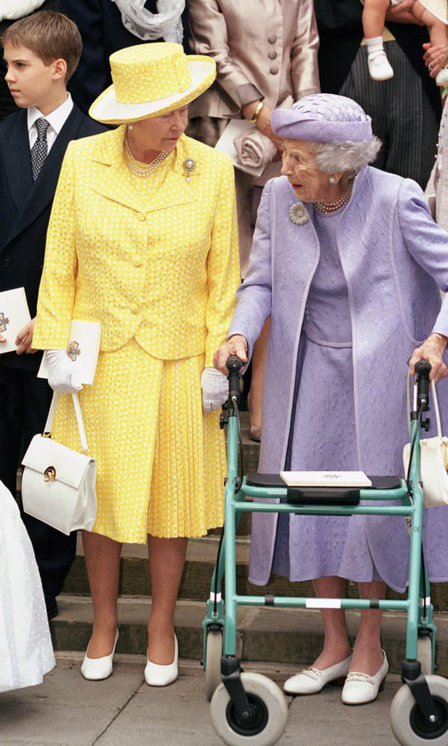 Liên tục thay đổi màu sắc trang phục, duy chỉ có món đồ này là Nữ hoàng Anh hết mực chung tình từ thời trẻ đến tận bây giờ - Ảnh 6.