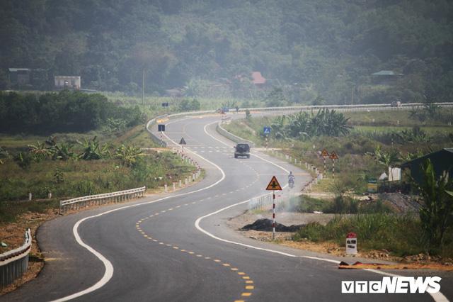 Ảnh: Tuyến đường BOT nghìn tỷ đồng cắt núi nối Hà Nội - Hòa Bình trước ngày thông xe - Ảnh 9.