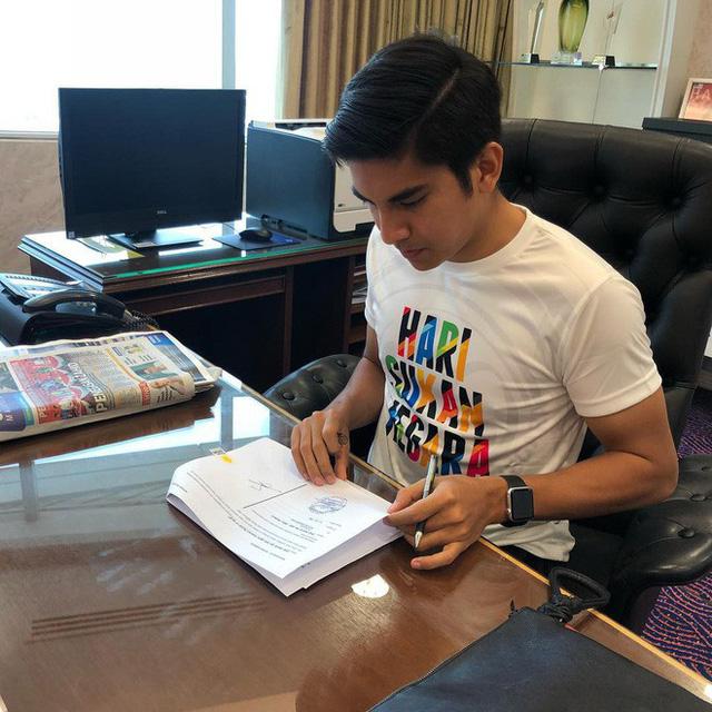 Chân dung bộ trưởng trẻ nhất châu Á: đẹp trai, mê mèo, thích Instagram và cũng phản ứng gắt trên mạng xã hội như ai - Ảnh 9.