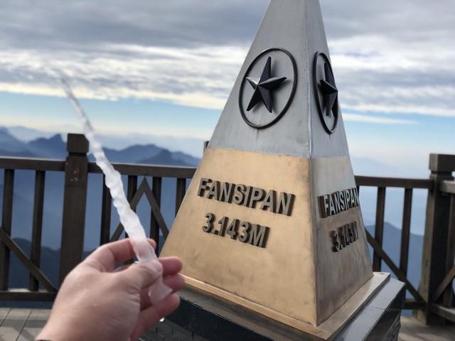 Băng giá xuất hiện trên đỉnh Fansipan, du khách thích thú tạo dáng chụp ảnh - Ảnh 1.
