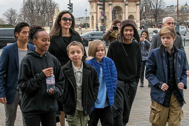 Các con nhà Jolie-Pitt đồng loạt than quá mệt mỏi khi sống với Angelina và chỉ muốn được ở bên bố Brad? - Ảnh 1.
