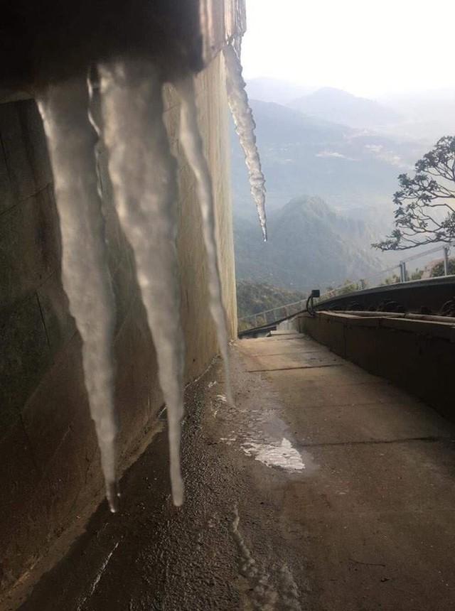Băng giá xuất hiện trên đỉnh Fansipan, du khách thích thú tạo dáng chụp ảnh - Ảnh 3.