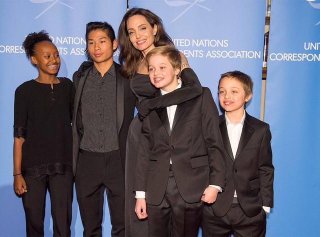 Các con nhà Jolie-Pitt đồng loạt than quá mệt mỏi khi sống với Angelina và chỉ muốn được ở bên bố Brad? - Ảnh 3.
