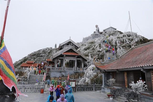 Băng giá xuất hiện trên đỉnh Fansipan, du khách thích thú tạo dáng chụp ảnh - Ảnh 8.