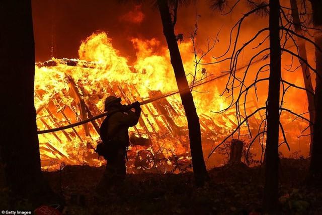 """Hãi hùng cảnh cháy rừng giống """"bom hạt nhân phát nổ"""" ở California, Mỹ - Ảnh 16."""