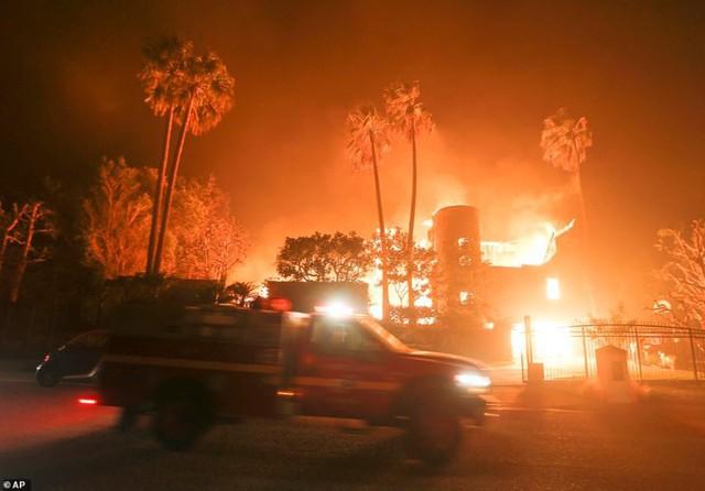 """Hãi hùng cảnh cháy rừng giống """"bom hạt nhân phát nổ"""" ở California, Mỹ - Ảnh 6."""