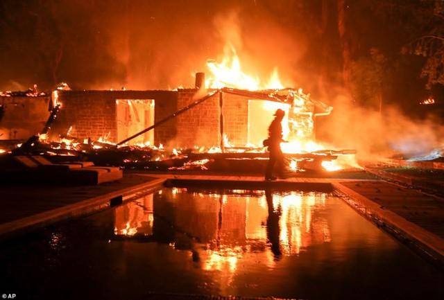 """Hãi hùng cảnh cháy rừng giống """"bom hạt nhân phát nổ"""" ở California, Mỹ - Ảnh 8."""