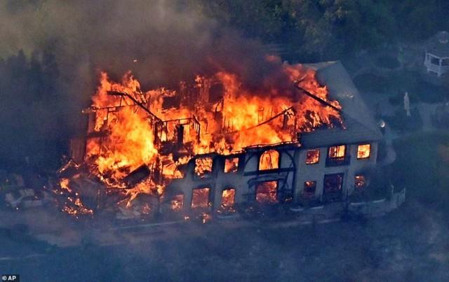 """Hãi hùng cảnh cháy rừng giống """"bom hạt nhân phát nổ"""" ở California, Mỹ - Ảnh 10."""