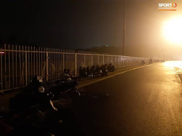 Người dân đội mưa và thức trắng đêm xếp hàng mua vé xem đội tuyển Việt Nam đấu Malaysia tại AFF Cup 2018 - Ảnh 1.