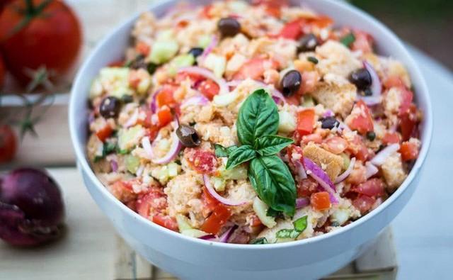 Không chỉ gồm rau củ, món salad truyền thống ở các nước được chế biến cầu kì và tinh tế như thế này đây - Ảnh 1.