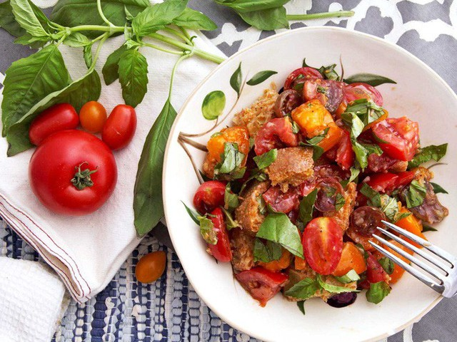 Không chỉ gồm rau củ, món salad truyền thống ở các nước được chế biến cầu kì và tinh tế như thế này đây - Ảnh 2.
