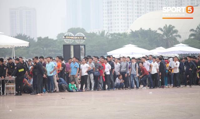 Nhân viên VFF tháo chạy vì hết vé, fan đuổi theo chặn xe như phim hành động - Ảnh 1.