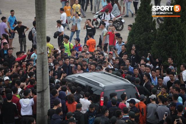 Nhân viên VFF tháo chạy vì hết vé, fan đuổi theo chặn xe như phim hành động - Ảnh 2.