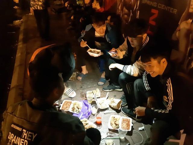 Người dân đội mưa và thức trắng đêm xếp hàng mua vé xem đội tuyển Việt Nam đấu Malaysia tại AFF Cup 2018 - Ảnh 4.