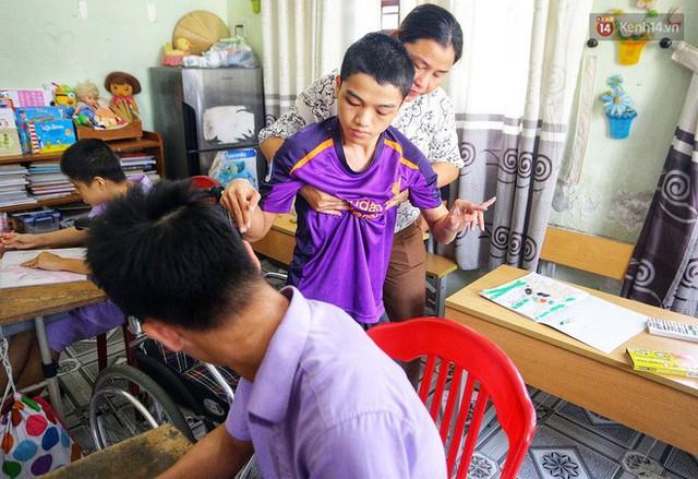 Chuyện của má Loan và những đứa con đặc biệt: Từ bỏ giảng đường, vào Hội An chăm sóc trẻ mồ côi khuyết tật - Ảnh 4.