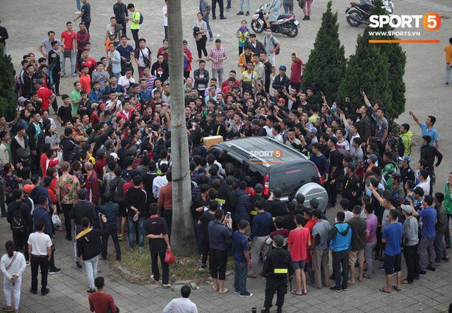 Nhân viên VFF tháo chạy vì hết vé, fan đuổi theo chặn xe như phim hành động - Ảnh 4.