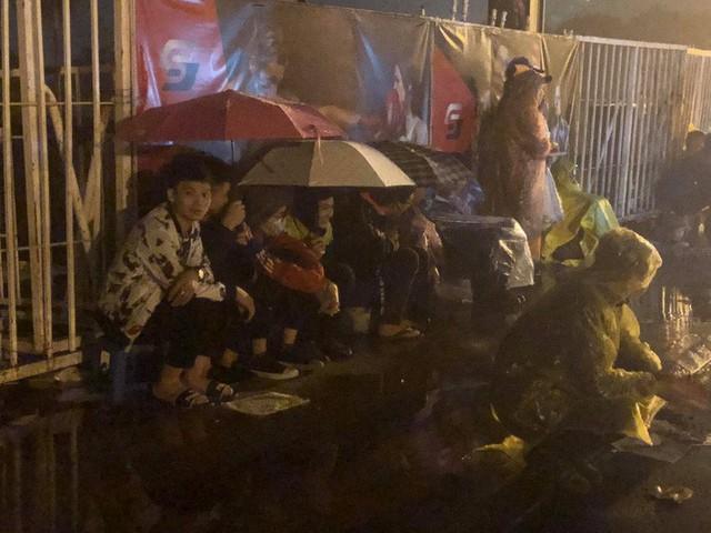 Người dân đội mưa và thức trắng đêm xếp hàng mua vé xem đội tuyển Việt Nam đấu Malaysia tại AFF Cup 2018 - Ảnh 5.
