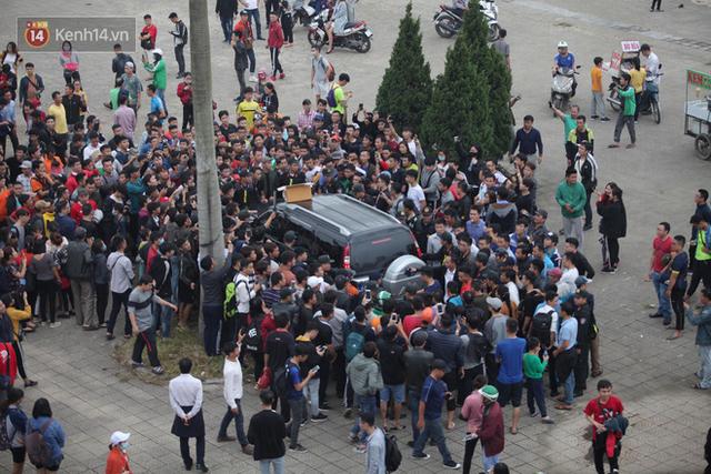Nhân viên VFF tháo chạy vì hết vé, fan đuổi theo chặn xe như phim hành động - Ảnh 5.