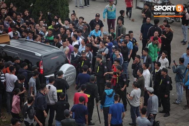 Nhân viên VFF tháo chạy vì hết vé, fan đuổi theo chặn xe như phim hành động - Ảnh 6.