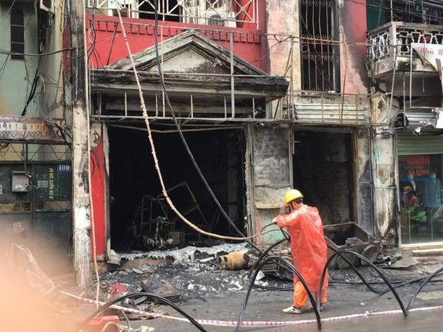 Hà Nội: Sau tiếng nổ lớn, lửa bao trùm ngôi nhà 4 tầng - Ảnh 1.