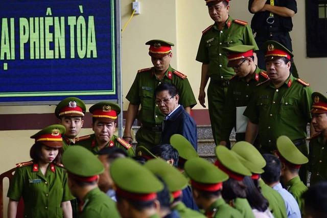 Công bố cáo trạng truy tố ông Phan Văn Vĩnh: Ông trùm đánh bạc khai biếu hàng chục tỷ đồng - Ảnh 1.